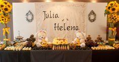 Ursos e abelhas servem de base para a decoração da Letícia Alencar (www.leticiaalencar.com.br). Os doces e o bolo também foram enfeitados com o tema