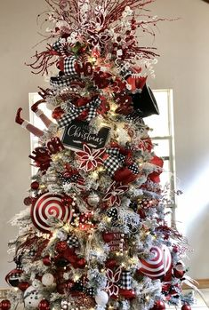 White Christmas Tree Decorations, Creative Christmas Trees, White Christmas Trees, Christmas Tree Design, Beautiful Christmas Trees, Christmas Holidays, Plaid Christmas, Red Black White Christmas, Christmas Mantles