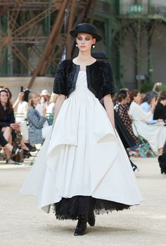 Looks from the Fall-Winter 2017/18 Haute Couture show on the CHANEL official website