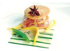 Thunfischsandwich auf Gurkencarpaccio und Mangovinaigrette