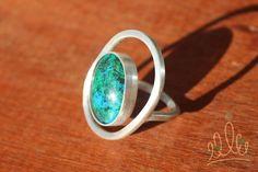 ANEL ORBITA AZUL | ANILLO ORBITA AZUL #178 anel em prata com textura fosca e aplicação de crisocola diretamente do Atacama. Seu design faz com que a pedra fique orbitando dentro dos limites do anel. anillo en plata mate con aplicación de crisocola traída del Atacama. Su diseño haz que la piedra orbite en los limites del anillo. #asjoiasdarainha #prata #prataepedras #crisocola #fashionjewellery #joiadeautor #joyadeautor #handmade #hechoamano #fattoamano #texturas #joiascomcarater #exclusiva…