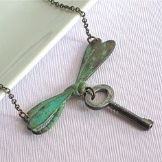 Dragonfly necklace with tarnished key Key Jewelry, Punk Jewelry, Metal Jewelry, Jewelry Crafts, Jewelry Art, Jewelery, Jewelry Making, Unique Jewelry, Vintage Keys