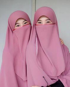 ีวิวฮีญาบทรงกุ๊กไก่ ผืนใหญ่ม๊วกกก มีพร้อมผ้าปิดหน้า เนื้อผ้าใส่สบาย ราคาก็สบายกระเป๋า อิอิ จากแบรนด์ @aiinaahijab.brand Hijab Dp, Hijab Niqab, Hijab Chic, Hijabi Girl, Girl Hijab, Muslim Girls, Muslim Women, Muslim Couples, Islamic Fashion