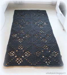 This Pin was discovered by Sus Crochet Doily Rug, Crochet Rug Patterns, Crochet Carpet, Crochet Home, Knit Crochet, T Shirt Yarn, Crochet Fashion, Square Rugs, Rugs On Carpet