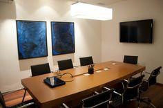 Sala de reunião da imobiliária, em Campinas. Nossos profissionais estão preparados para identificar o perfil do imóvel que nossos clientes procuram, e apresentar as melhores opções disponíveis no mercado.