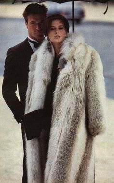 Do YOU like the idea of wearing REAL coyote fur coat as FAUX fur is better. Fashion Moda, Fur Fashion, Petite Fashion, Style Fashion, Glamour, Fabulous Furs, Black Tie Affair, Old Money, Luxury Lifestyle