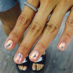 """""""#프리즘네일 이뻐서 여러각도로 찍는중 ㅋㅋ 빛 발사! ㅋㅋ #유리조각네일 #아이스블루 #유니스텔라 #프리즘유리조각 #prismnails #prism #holographic #nails #nailart"""""""