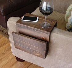 Simply Awesome Couch Sofa Arm Rest Wrap Tray Table with Side Storage Slot - Tisch ideen Diy Sofa, Diy Home Decor Projects, Diy Wood Projects, Diy Home Decor On A Budget Easy, Wood Crafts, Woodworking Projects, Fun Projects, Cool Couches, Wood Sofa