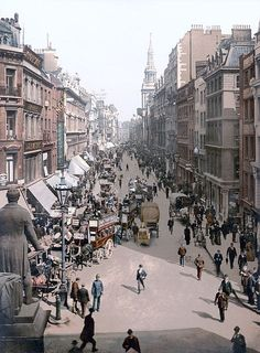 A Rare Color Photograph of a London Street in 1900 (via London in 1901 - the End of the Victorian Era) This is Cheapside in the city of London. The statue is of Sir Robert Peel. The statue was erected in 1855 and it was removed in the due to road changes. Victorian London, Vintage London, Old London, Victorian Life, Victorian Fashion, City Of London, London Street, London History, British History