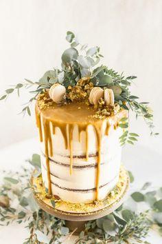 Wedding cake topped with foliage and macarons | Jessica Davies Photography on @blovedblog via @aislesociety