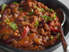 Recipe Chili con carne simple with bacon & chorizo add tomatoes in chili . Chorizo, Chili Recipes, Mexican Food Recipes, Spicy Stew, Confort Food, Cooking Recipes, Healthy Recipes, I Love Food, Food Inspiration