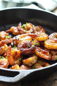 Honey Garlic Shrimp Skillet by thecookingjar: This smoky and sweet honey garlic shrimp skillet is super easy with only five ingredients and cooked in less than 15 minutes. #Shrimp #Honey #Garlic #Fast