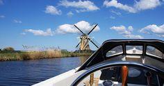 Mit dem Boot durch den Bollenstreek auf der Suche nach Tulpenfeldern #boot #holland #bollenstreek #tulpen #niederlande #boat #windmill
