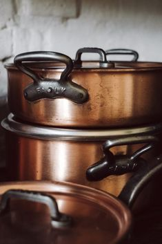 The heart of our settler house is made of black steel, brushed wood and polished concrete. Copper Pans, Hand Blender, Wood Steel, Copper Kitchen, Polished Concrete, Modern Farmhouse Kitchens, Kitchenware, Kettle, Cookware