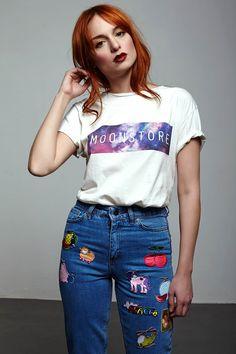 Moonstore Tshirt 59.90 TL. Unisextir. Sipariş için whatsapp: 0530 123 99 80 Ekru, Füme, Siyah ve Bordo renkleri vardır. S M ve L bedenleri bulunur. Moonstore Jean 125 TL.