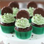 Chocolate cupcakes dipped in chocolate ganache and topped with minty Thin Mint cookie frosting! These Thin Mint Cupcakes are adorable and delicious! Andes Mint Cupcakes, Mint Cake, Thin Mint Cookies, Raspberry Cupcakes, Cupcake Recipes, Cupcake Cakes, Dessert Recipes, Cupcake Ideas, Yummy Treats