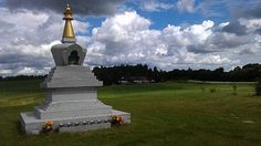 Karma Shedrup Choeling er et buddhistisk center indenfor den tibetansk buddhistiske Karma Kagyu tradition - Vajrayana. (Maren og Eva)