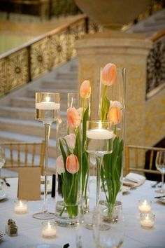tulpen kerzen glasvasen voll wasser