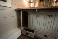 This is the Denali, a gorgeous tiny house build by Timbercraft Tiny Homes inGuntersville, AL. It's a 37′ long ,8.5′ wide and 13.5′ high tiny house and with that awesome len…