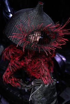 Philip Treacy Hat for Alexander McQueen Fashion Show, Spring/Summer 2009 Philip Treacy, Fashion Fotografie, Mode Costume, Sarah Burton, Fashion Art, Fashion Design, Lazy Fashion, Runway Fashion, High Fashion