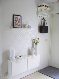 Una decoración en muebles y paredes con colores  y motivos claros es ideal para recibidores pequeños, ya que la sensación visual será mucho más liviana y ligera, así no se recargara nada el espacio.