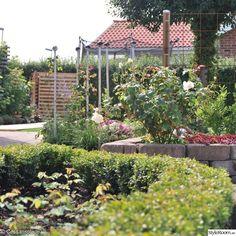 trädgård med rabatt inhängnad med sten