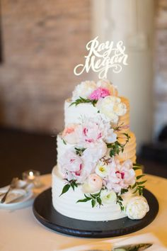 Stunning styling in this entire wedding from La Belle Fleur Events Gold name cake topper with gorgeous display. Photo: Cristina G Photography Cupcakes, Cupcake Torte, Candybar Wedding, Wedding Desserts, Croquembouche, Cake Bars, Gorgeous Cakes, Pretty Cakes, Amazing Wedding Cakes