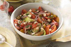 Allez au marché faire provision de tomates mûres et d'herbes fraîches. Préparez ensuite cette savoureuse salade colorée, qui se passe facilement de verdures!
