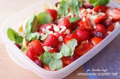 SMYKWKUCHNI: Dietetyczna owocowa sałatka z truskawkami i migdałami!