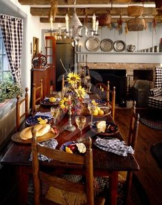 This post about elegant colonial interiors was like a trip down memory lane. In my early I was in love with primitive colonial decor. Primitive Dining Rooms, Country Dining Rooms, Primitive Furniture, Primitive Kitchen, Country Living, Antique Furniture, Colonial Home Decor, Colonial Kitchen, Colonial Decorating