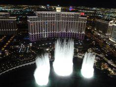 Wenn man oben auf dem Eifel Turm vn Paris Las Vegas ist, hat man sowohl am Tag als auch in der Nacht einen fantastischen Ausblick auf die Wasserspiel von Bellagio.  Unbedingt rauf auf den Turm! Mehr Info zu Bellagio Hotel & Casino Las Vegas folge dem Link  #bellagio #vegas #lasvegas #thestrip #bellagiolasvegas #fabulousvegas #nevada #usa #reise #travel