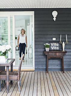 Villa Vita -kyltti on tehty vanhasta kiinalaisesta kaapinovesta. Nimen kesäasunnolle keksi Marjon ystävä. Kynttilänjalka on Jonin äidiltä.