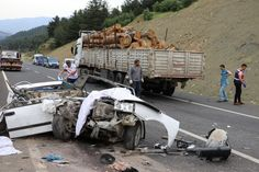 Kahramanmaraş'ta tomruk yüklü tıra otomobilin arkadan çarpması sonucu 3 kadın öldü, 2 kişi yaralandı. Kaza, Kahramanmaraş-Kayseri karayolu Beşoluk mevkiinde meydana geldi. Edilen bilgiye göre, 46 N 2143 plakalı otomobil Kayseri yolu 32. kilometresinde aynı yönde giden 27 BDF 20 plakalı tomruk yüklü tıra arkadan çarptı. Kazada otomobil içerisinde bulunan 3 kadın hayatını kaybederken, Serkan Tecirli …