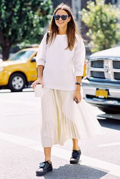 760228de18 Chic and easy white-on-white outfit with a pleated skirt, white pullover