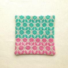こぎん刺しの手法で一面にお花の連続模様を刺繍したコースターです。ざっくりとした厚手のリネンに、少し艶のある鮮やかな糸で刺繍しました。コースターとしてはもちろん...|ハンドメイド、手作り、手仕事品の通販・販売・購入ならCreema。