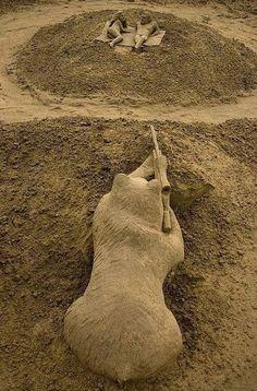 Sand sculpture. Ours visant des touristes.