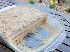 Também conhecido por doce de serradura (porque a bolacha maria em pó parece serradura), é um doce comum em cafés e restaurantes porque é simples de fazer e delicioso.