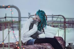 i'm seeing turquoise dreads everywhere at the mo!