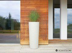 Un pot de fleurs XXL avec surface ondulée aspect pierre striée, superbe  Superbe pot à