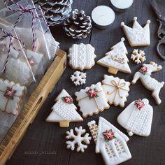 A Holly Jolly Christmas  * * 寒くなってきたので、ニット模様も少し入れてみました。 * * * #アイシングクッキー#ポインセチア#Poinsettia#icing#cookies#クリスマス#Christmas#花#flowers#lin_stagrammer #手作り#お菓子作り#おうちカフェ#foodpic#foodphotography #Instagram#Instagramjapan#foodstagram#IgersJP#ファインダー越しの私の世界#暮らし