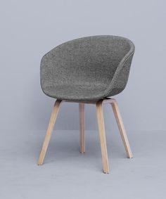 Deze minimalistisch vormgegeven armstoel van HAY is een klassieker uit de collectie. De gestoffeerde kuip van de 'About A Chair' stoel zorgt ervoor dat je comfo