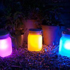 Das Solar-Wunder im Einmachglas! Für diese wetterfeste Lampe braucht ihr keine Steckdose. Denn es handelt sich um eine Solarlampe, die im Sonnenlicht Energie sammelt und Ihnen nachts ein schönes Licht spendet. #GeschenkeManufaktur