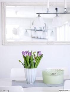 skål,taklampa,spegel,tulpaner,bord