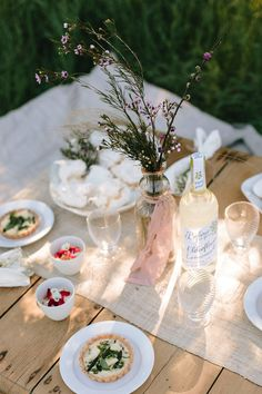 Summer Entertaining Guide Perfect for Outdoor Summer Bridal Shower or Rehearsal Dinner - Outdoor Wedding Tips - Summer Wedding Guide {Glitter Guide}