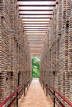 Pavilhão de Claudia Andujar em Inhotim, fotografado por Leonardo Finotti