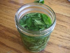 Mint leaves in vodka - how to make your own mint extract. Natural Life, Natural Living, Natural Healing, Herbal Remedies, Home Remedies, Natural Remedies, Mint Extract, Spices And Herbs, How To Make Homemade