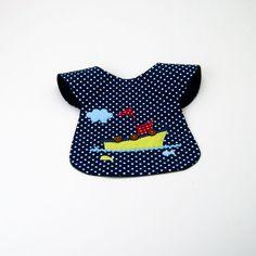 Além de cumprir as funções normais de um babete, que é impedir que o bebé se suje, este babete é umacessório de moda.Os babetesajustam-se