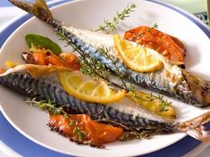 Maquereaux rôtis au thym et au citron Food N, Food And Drink, Starters Menu, Whole Fish Recipes, Mackerel Recipes, 20 Min, Fish Dishes, Fish And Seafood, No Cook Meals