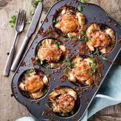 Iltapalaksi nopeasti valmistuvat lihapullakupit. Vähän niin kuin lämpimät leivät, mutta astetta paremmat! Sopii hyvin vaikka huomisiin uudenvuoden juhliin 🎉#lihapullakupit #lihapulla #lämpimätleivät #mozzarella #meatballs #cup