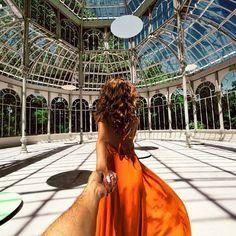 Follow me, iI fotografo e la fidanzata in giro per il mondo. Il reportage di Murad Osmann (FOTO) Crystal Palace-Madrid,Spain
